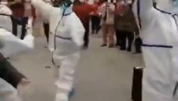 新疆医生穿防护服领舞方舱医院
