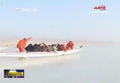 查干湖:赛龙舟比钓鱼 冰天雪地趣味浓