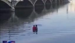 延吉:外卖小哥勇救坠河被困女司机