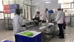 延吉市职业高中 食堂正在准备午餐盒饭