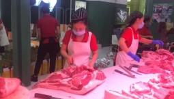 谁说女子不如男,操刀剁肉真是一点不含糊!记者:李琳