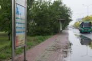 """公交站牌""""骑上""""盲道 助残日前挡道的站牌全挪了"""