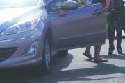 长春一女司机穿凉拖驾车 鞋卡在刹车踏板下