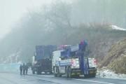 客车为躲货车滑下护坡驶向农田 两车19人受伤