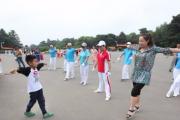 """长春一7岁男孩当""""小老师""""教""""广场舞大妈""""跳街舞"""