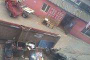 长春市幸福街教师楼小区乱扔垃圾 天热气味刺鼻难闻