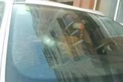 吉林乐园小区一女子疯狂砸车 风档全砸了数十台车遭殃!