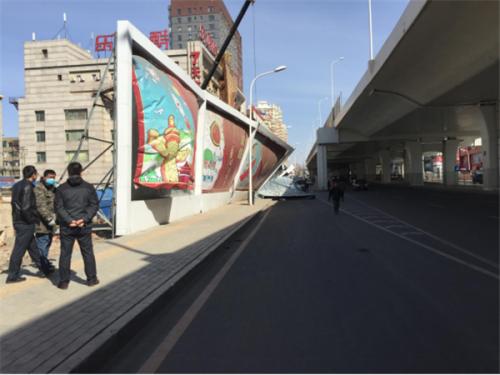 前进大街与湖光路交汇南行200米广告牌被吹倒 路丰源 摄