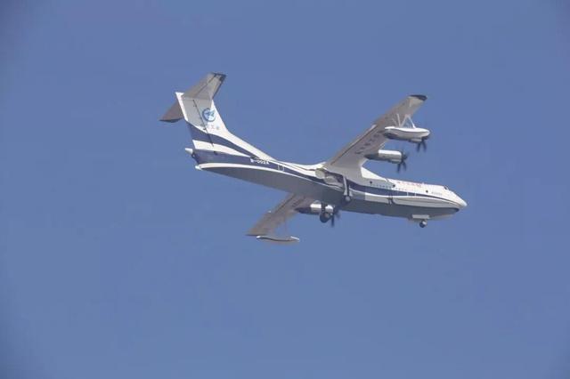 今天上午,首架AG600在广东珠海进行陆上首飞。这也标志着这型世界在研最大的水陆两用飞机从研制阶段正式迈入试飞阶段,飞机计划在明年进行水上首飞。 AG600填补了我国在大型水陆两栖飞机领域的研制空白,继运20、C919之后为我国大飞机家族再添一名强有力的重量级选手。 AG600飞机去年7月23日在珠海完成总装下线的,今年先后完成低中高速滑行试验和首飞技术质量评审会。12月7日,AG600水陆两栖飞机取得特许飞行证,今天上午在珠海金湾机场完成首飞试验。