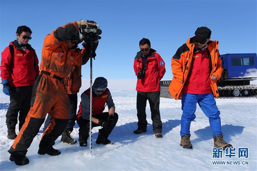 科考队员在蓝冰区用冰钻钻冰了解相关情况 图自新华社