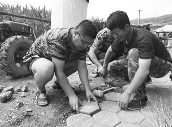 夏克岩(左)和村民共同劳动