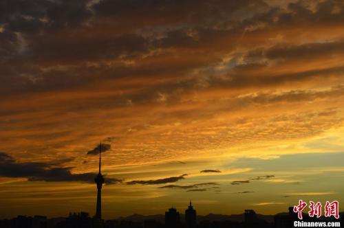 资料图:秋分,傍晚时分的北京出现灿烂的晚霞,犹如魔幻世界。<a target='_blank' href='http://www.chinanews.com/'>中新社</a>发 刘震 摄