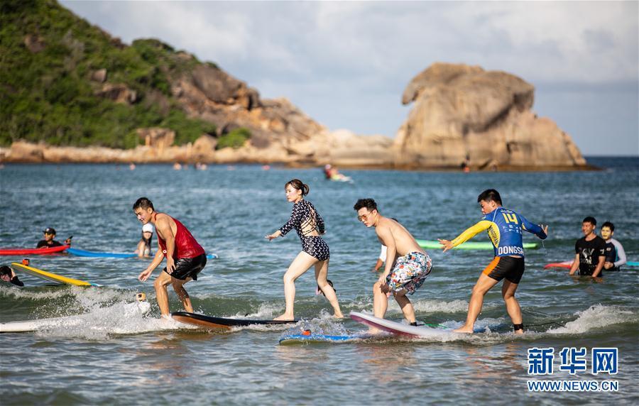 (体育)(2)全民健身——海上冲浪 乐享假期