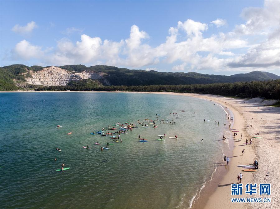 (体育)(1)全民健身——海上冲浪 乐享假期