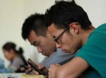 """调查:八成大学生""""手机控"""" 三分之一上课时间玩手机"""