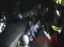 【视频】老人坠入深井 消防破拆管道救援