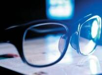 防藍光眼鏡真能預防兒童近視?專家:無科學依據
