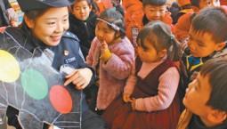 寒假临近民警走进中小学、幼儿园安全教育课