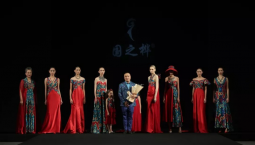 """【我是一颗石榴籽】""""艾德莱斯出天山""""绽放中国国际时装周"""