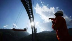 世界最大跨度铁路拱桥合龙 飞越怒江天堑