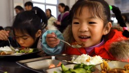 三部委發文:中小學幼兒園負責人應與學生同進餐 4月1日開始執行