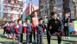"""""""足球先生""""杜震宇走进校园 带孩子体验趣味足球"""