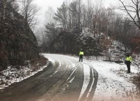 降雪路面湿滑 森林交警以雪为令 全员参战 力保道路交通安全