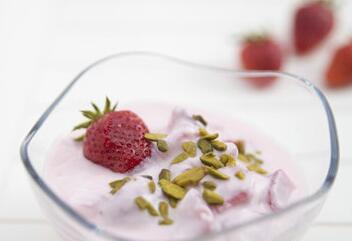 夏季喝酸奶好处多 预防便秘治疗口臭