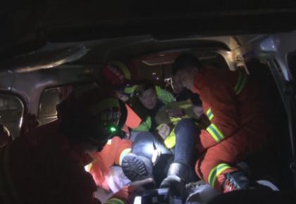 舒兰境内两车相撞一人被困 消防官兵破拆救援