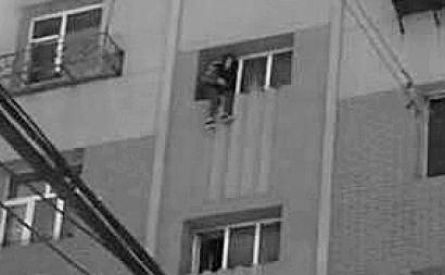 坐在7楼窗外欲轻生警方趁其不备将人救下