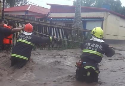 三次突入洪水中 消防官兵人墙式救援 吉林消防勇救被困山洪人员