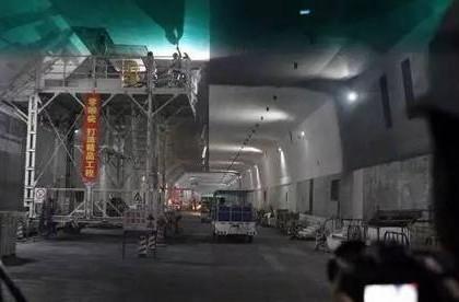 """港珠澳大桥海底隧道今日贯通 提前穿越""""海底巨龙"""""""