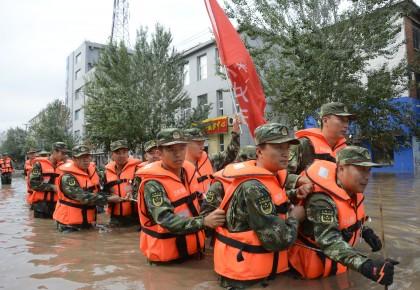 洪水肆虐情况告急 消防官兵紧急救援
