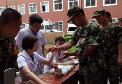 吉林市中心医院为在永吉县救灾武警官兵送医疗