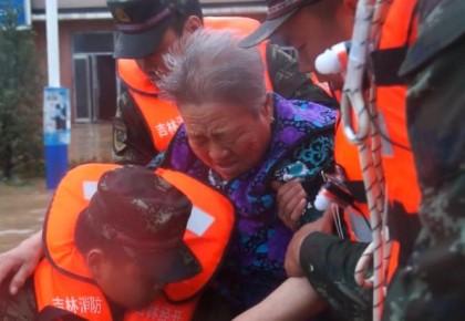 暴雨再度侵襲吉林市 消防官兵全力投入第二次抗洪搶險戰斗