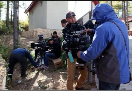 【摄像大哥的日常工作是啥样的】《我们村里的人》剧组帮您揭秘。