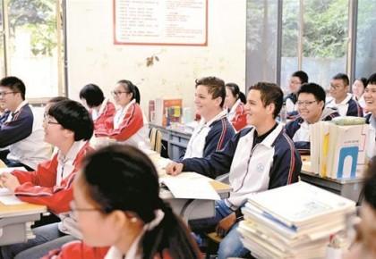意大利兄弟俩求学湖北一中学:与中国学生同上课