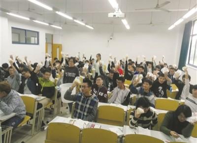 """常州高校""""网红""""老师趣味教学 上课给学生发包子吃"""