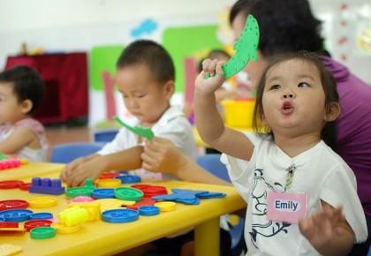 """中国家长的""""托付""""纠结:孩子交给谁才放心?"""