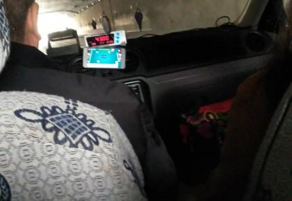 【荒唐】的哥开车打麻将  乘客提醒被赶下车