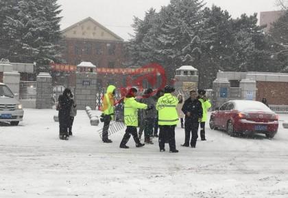 暴雪天气 长春交警启动一级勤务应对晚高峰