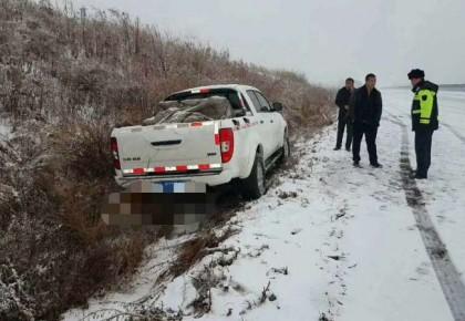 【点赞】雪大路滑事故频发 路政、交警帮忙解难题