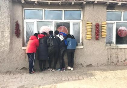 白城镇赉县,孩子趴窗看,屋里坐着谁?原是总理来!
