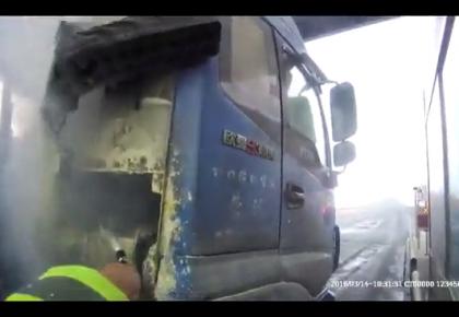 【视频】正要交过路费,大货车突燃大火!险些殃及收费站