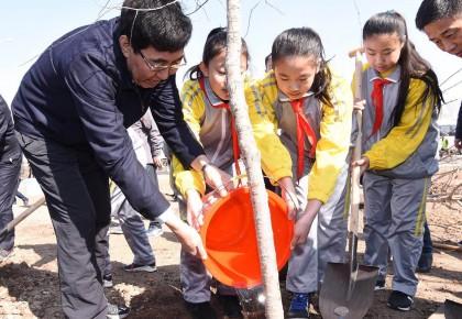 建设美丽吉林 守护绿色家园 巴音朝鲁景俊海江泽林参加义务植树