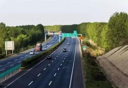 京哈高速公路856公里铁路上跨桥 施工期间车辆禁止通行