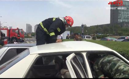 【视频】两车相撞驾驶员被困 消防紧急救援