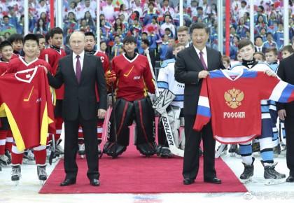 习近平同俄罗斯总统普京共同观看中俄青少年冰球友谊赛
