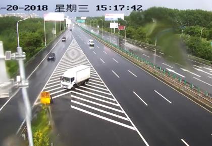 【警示】貨車違停強行并線,引發交通事故