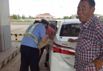 旅途变囧途 民警来帮助